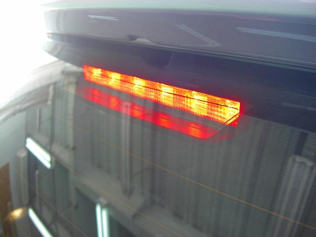 車のハイマウントライトの画像