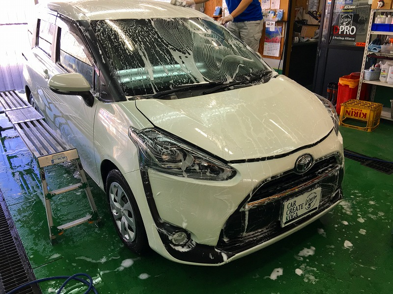 ガラスコーティング部分施工前の洗車作業の画像