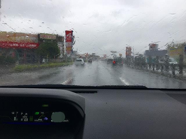 雨の日に撮影したガラス撥水コーティング未施工のガラスの画像